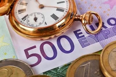 500-Euro-Schein (Projektabrechnung) und Taschenuhr (Zeiterfassung)