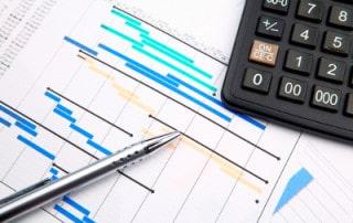 Projektplan mit Projektschritten / Projektphasen (Gantt-Diagramm) und Taschenrechner