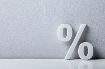 % (Prozentzeichen vor weißer Wand)