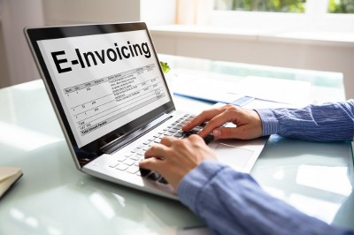"Laptop-Monitor mit Text ""E-Invoicing"""